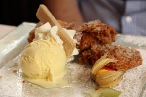 Apfelküchle mit Vanille-Eis